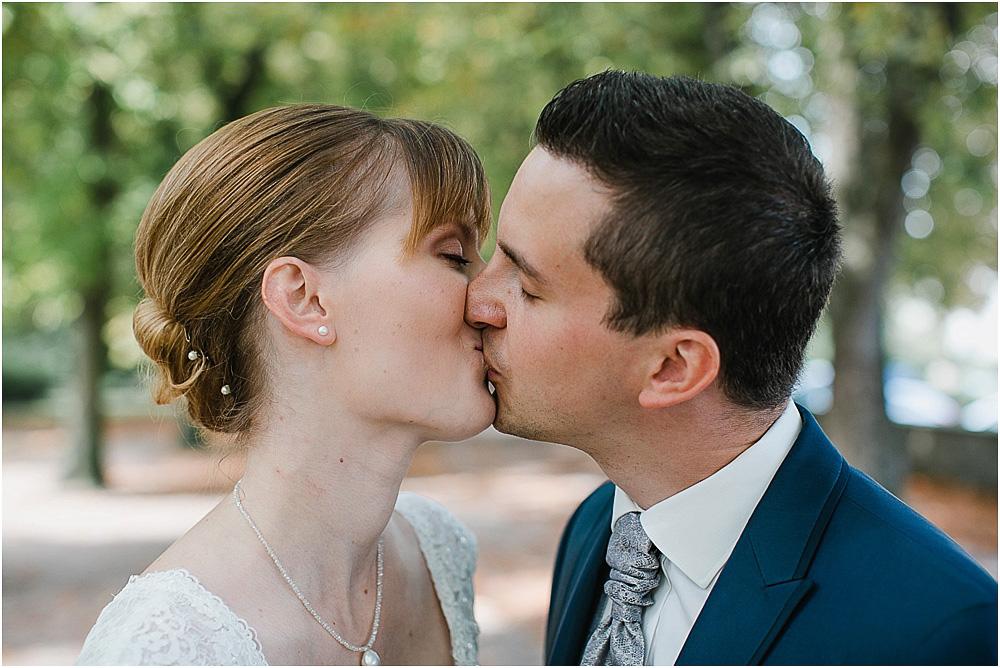 Brautpaar Fotos Kuss romantisch